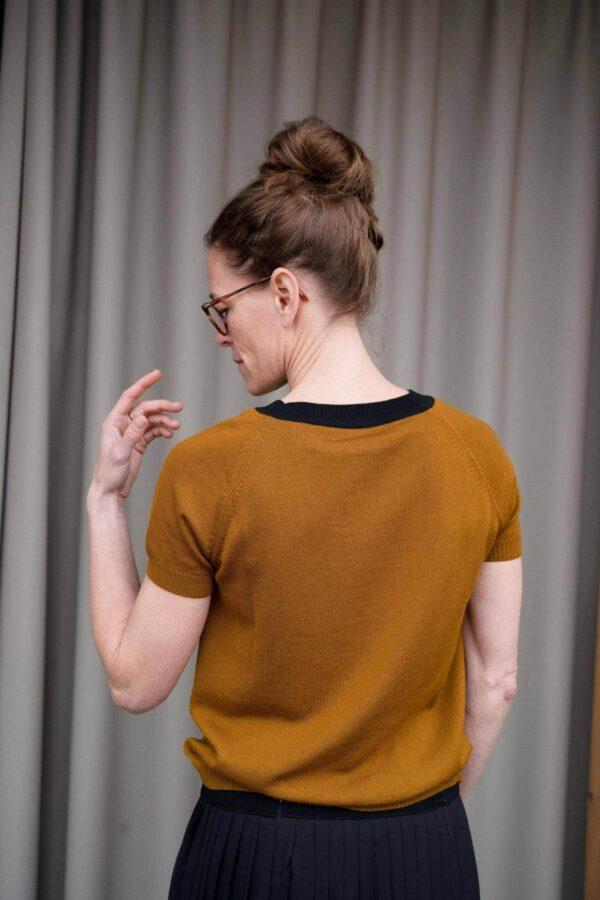 Kortærmet_bluse_eller_luksus_t-shirt_strikket_i_merinould_i_farven_okker_back