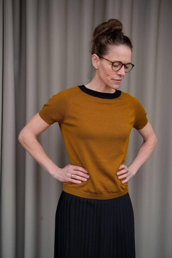 Kortærmet_bluse_eller_luksus_t-shirt_strikket_i_merinould_i_farven_okker_front