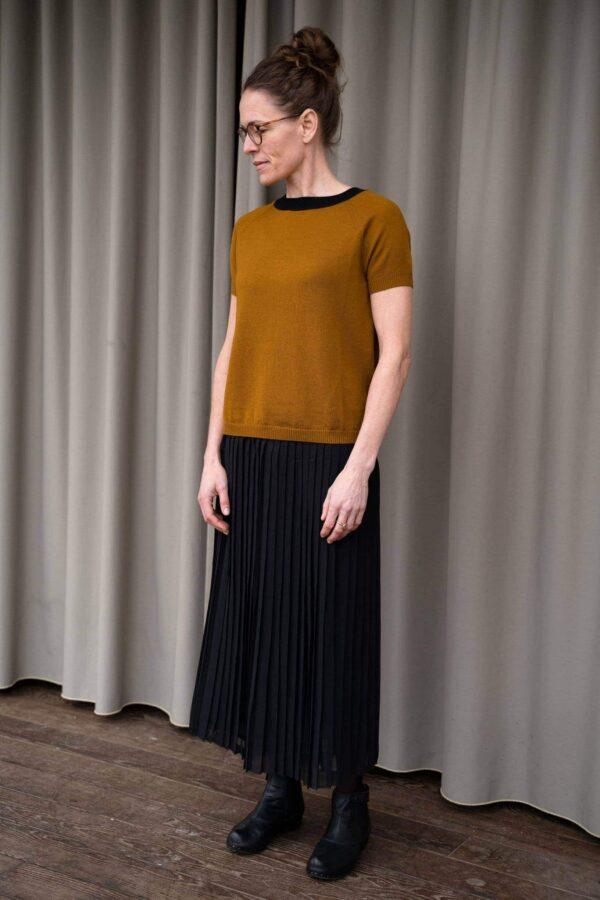 Kortærmet_bluse_eller_luksus_t-shirt_strikket_i_merinould_i_farven_okker_full