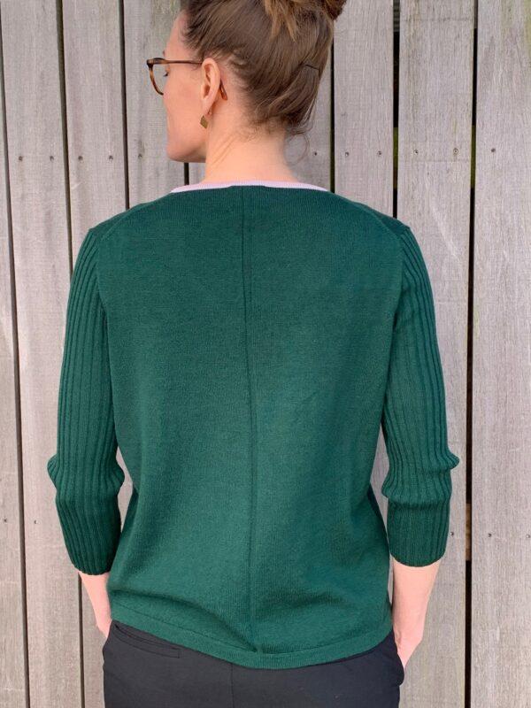 V-hals, With a Twist no. 3 mørkegrøn