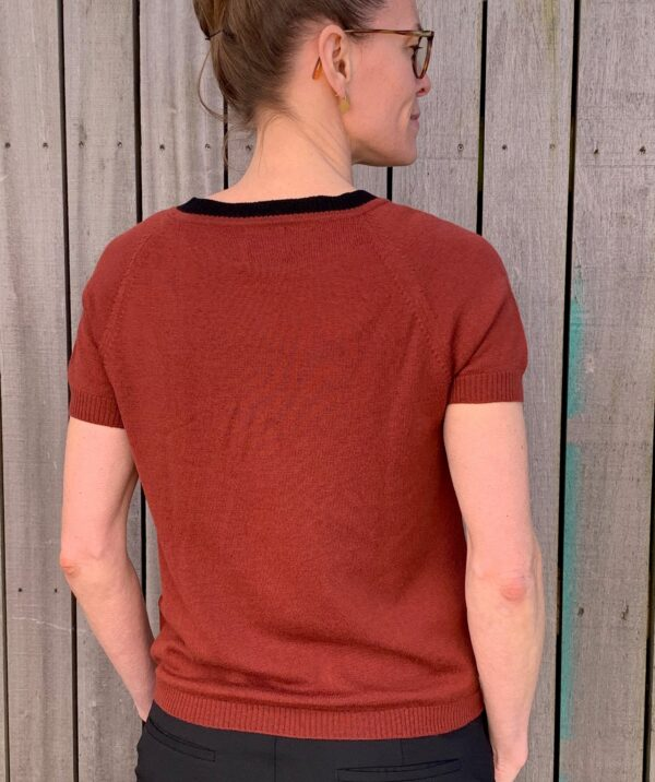 Kortærmet strikbluse, With a Twist no. 1 rød okker